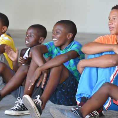 Neugierige südafrikanische Fußballfans, die ...